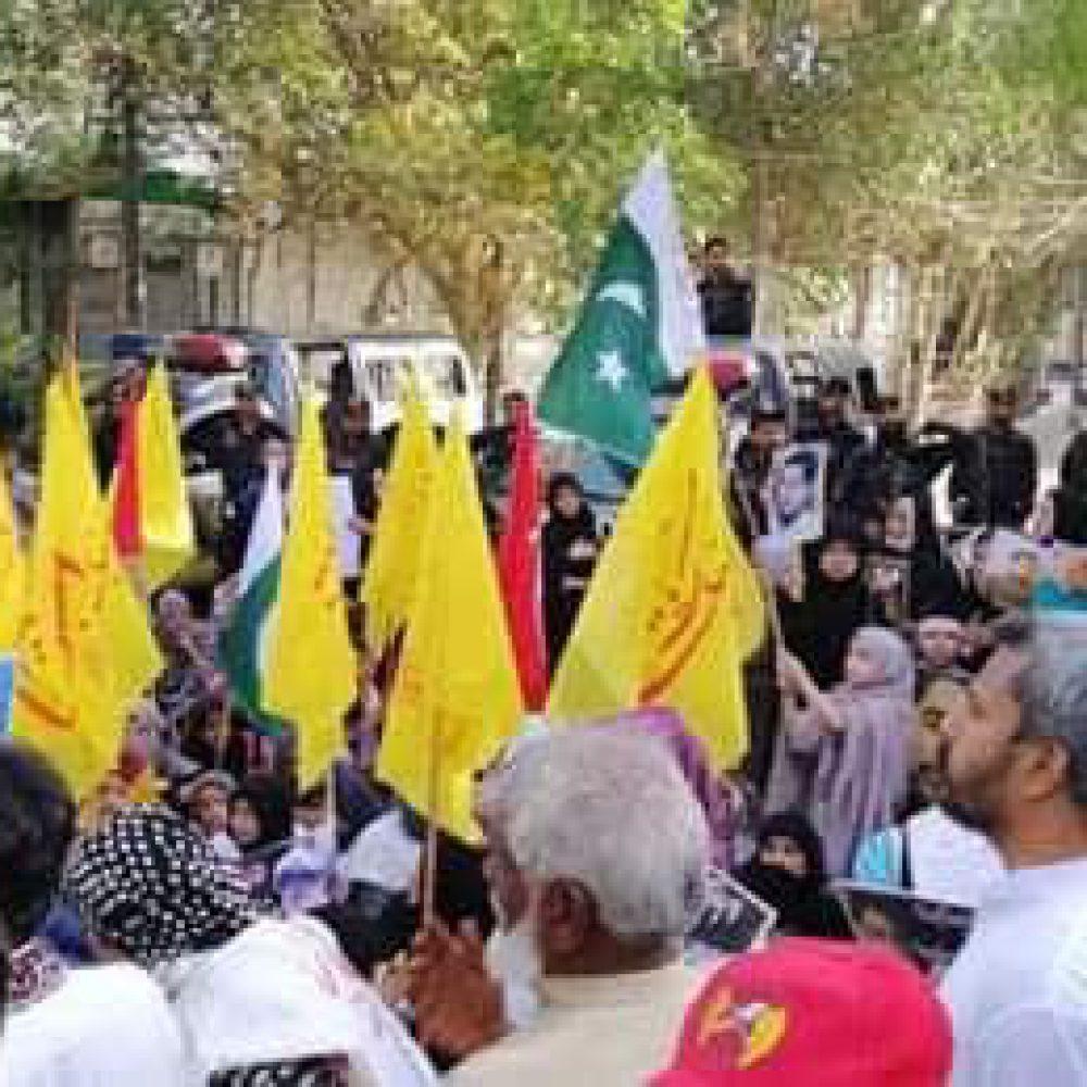 تجمع خانواده های افراد ربوده شده مقابل منزل رئیس جمهور پاکستان